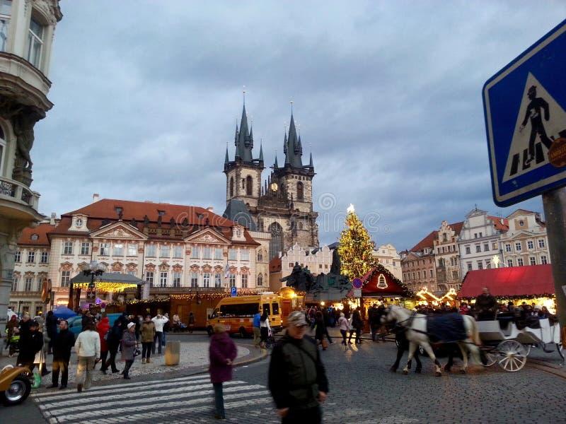 Apressando-se ruas de Praga durante o Natal fotografia de stock royalty free