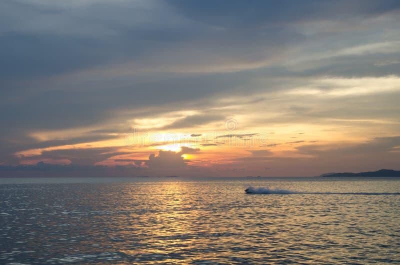 Apresse o barco e o barco de banana no mar imagem de stock royalty free