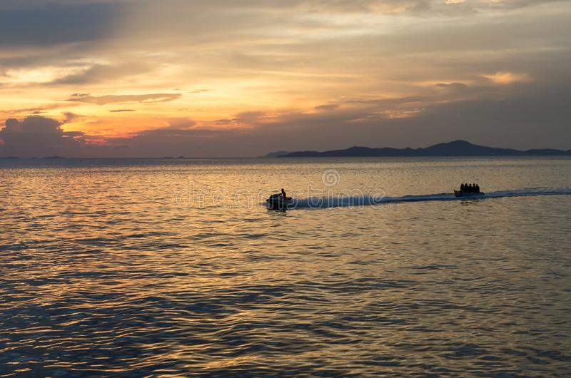 Apresse o barco e o barco de banana no mar fotografia de stock