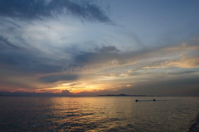 Apresse o barco e o barco de banana no mar foto de stock