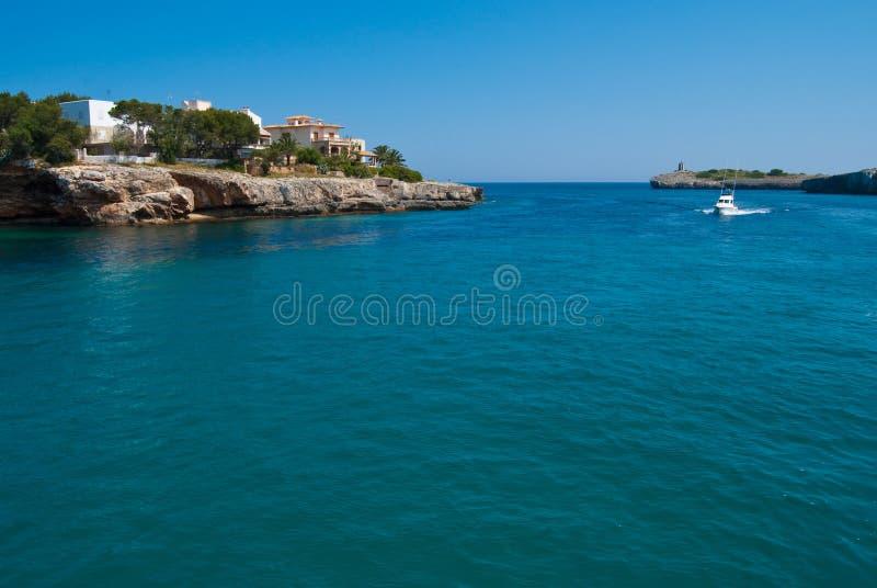 Apresse o barco no louro de Porto Cristo, Majorca, Spain foto de stock royalty free