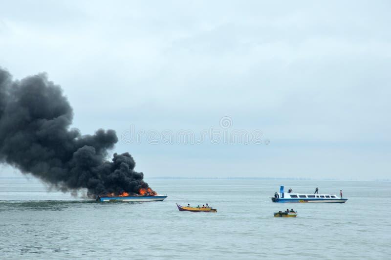 Apresure el barco en el fuego en Tarakan, Indonesia fotos de archivo libres de regalías