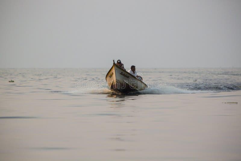 Apresure el barco que cruza en el lago maracaibo, Venezuela imágenes de archivo libres de regalías