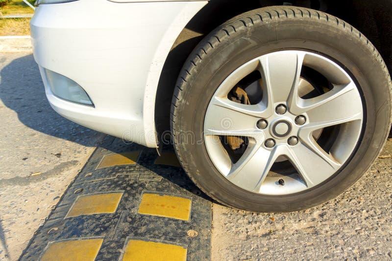 Apresure las chepas instaladas en la calle para reducen la velocidad del vehículo y reducen accidentes foto de archivo libre de regalías