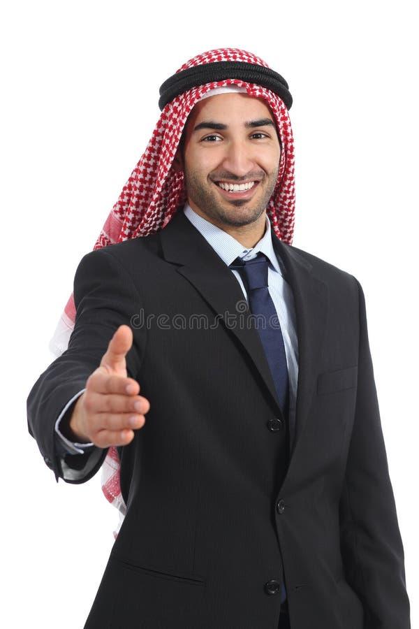 Apretón de manos árabe del hombre de negocios de los emiratos del saudí en la cámara foto de archivo