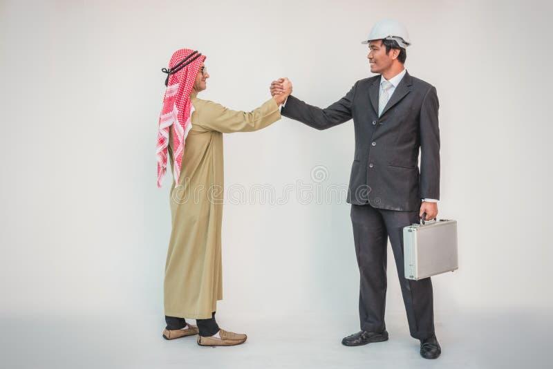 Apretón de manos árabe del trabajador del hombre de negocios y del capataz imagen de archivo libre de regalías