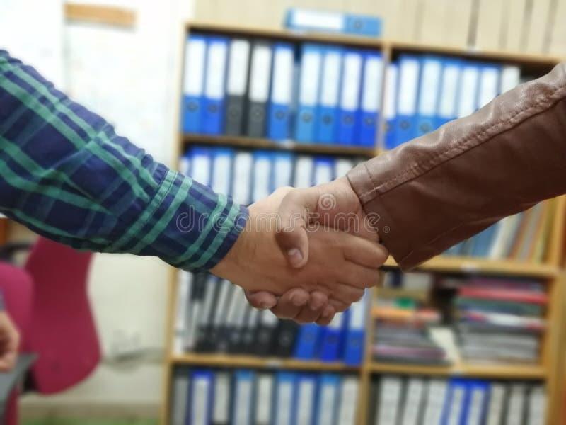 Apretón de manos acertado del trato de la reunión del socio comercial Instragram el proceso y del tono cruzados de la fractura le fotografía de archivo