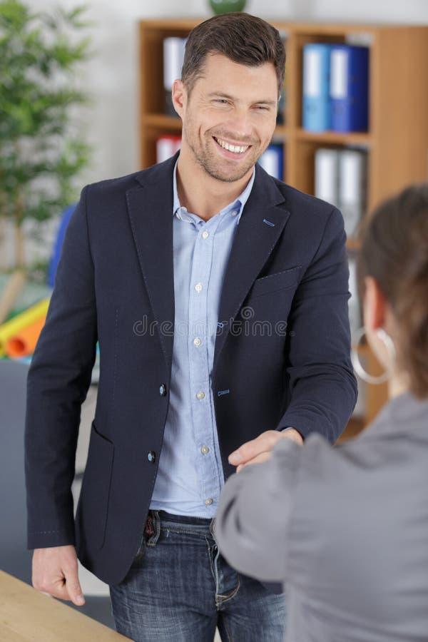 Apretón de manos acertado de los hombres de negocios después de la negociación imagen de archivo