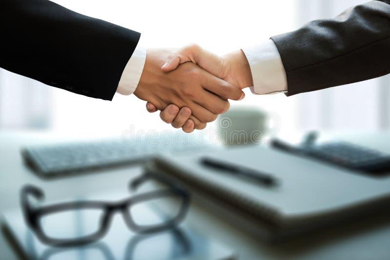 Apretón de manos acertado y hombres de negocios del negocio que se encuentran y fotos de archivo libres de regalías