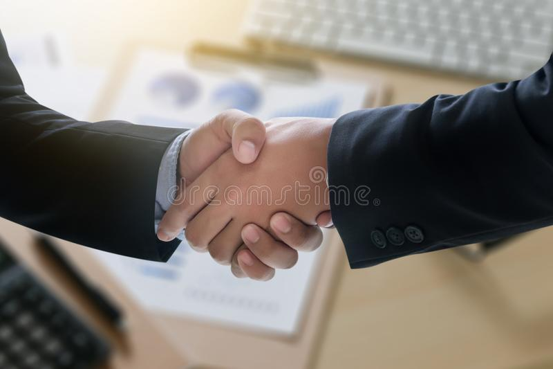 Apretón de manos acertado y hombres de negocios del negocio que se encuentran y fotografía de archivo