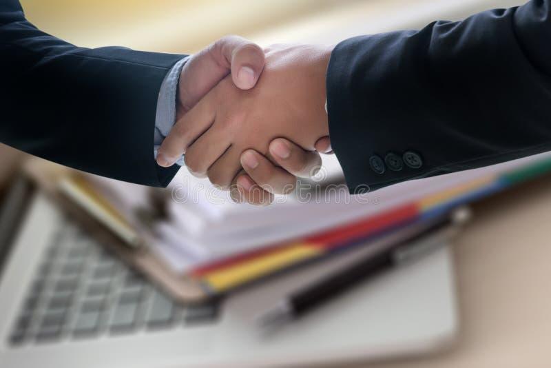 Apretón de manos acertado y hombres de negocios del negocio que se encuentran y imágenes de archivo libres de regalías