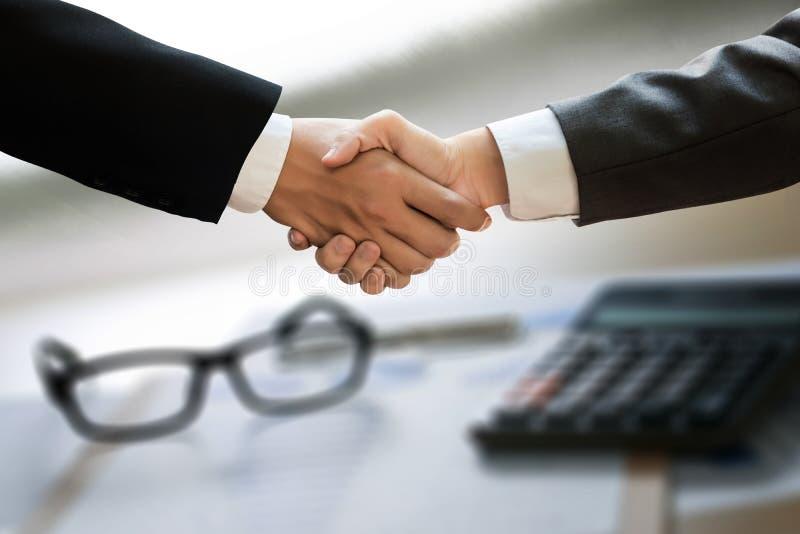 Apretón de manos acertado y hombres de negocios del negocio que se encuentran y foto de archivo