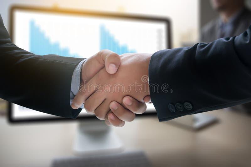 Apretón de manos acertado y hombres de negocios del negocio que se encuentran y imagen de archivo libre de regalías