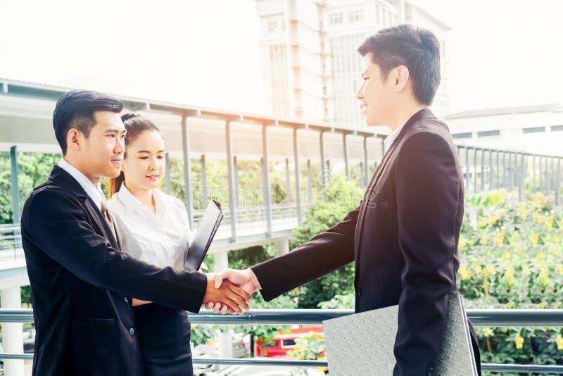 Apretón de manos asiático del negocio en la ciudad fuera del concepto del éxito de la oficina imagen de archivo libre de regalías