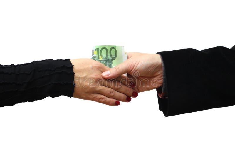 Apretón de manos con el dinero aislado en el fondo blanco imagen de archivo libre de regalías