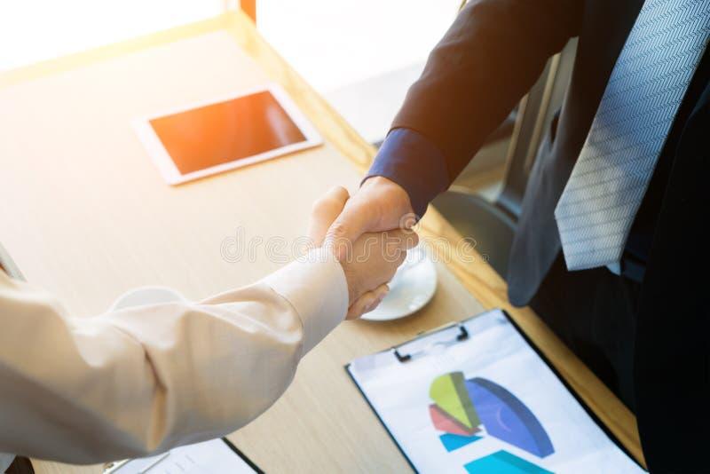 Apretón de manos de los colegas del negocio Empresarios que sacuden el afte de las manos imagen de archivo