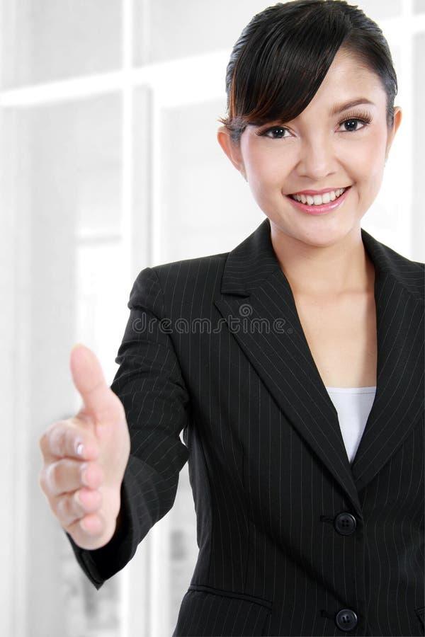Apretón de manos de ofrecimiento de la mujer de negocios imagen de archivo libre de regalías