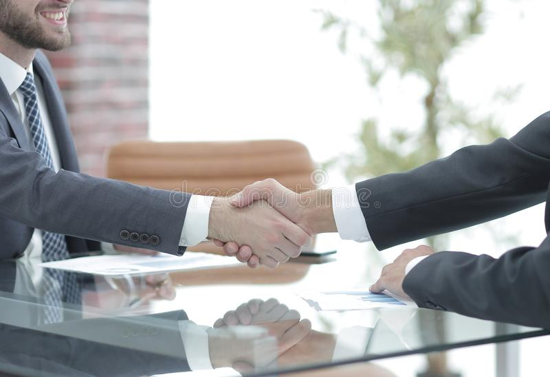 Apretón de manos de socios comerciales en negociaciones del negocio imagen de archivo libre de regalías