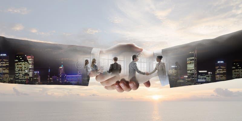 Apretón de manos del negocio como símbolo del trato imagenes de archivo