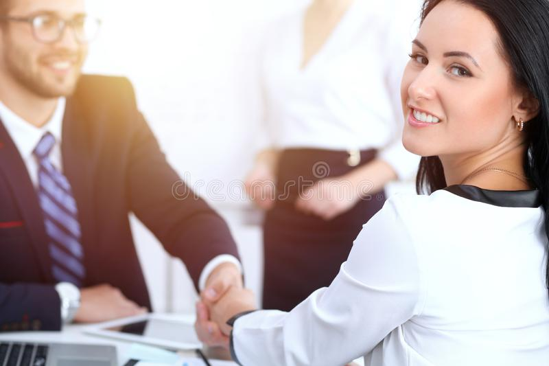 Apretón de manos del negocio en la reunión o la negociación en la oficina Satisfacen a dos socios de los empresarios porque firma foto de archivo
