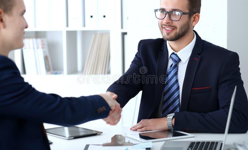 Apretón de manos del negocio en la reunión o la negociación en la oficina Satisfacen a dos socios de los hombres de negocios porq imagen de archivo libre de regalías
