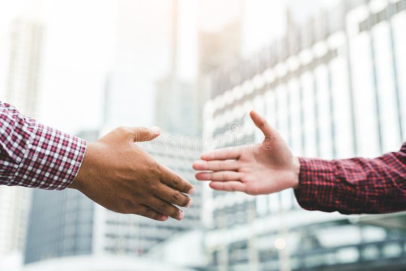 Apretón de manos del saludo del equipo del negocio Imagen del buenos trato, éxito, tratamiento, saludo y concepto del socio comer fotos de archivo libres de regalías