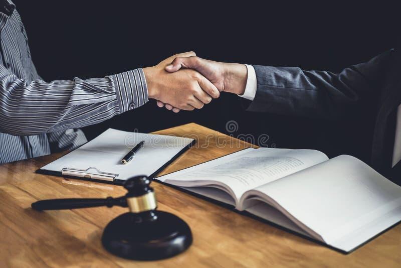 Apretón de manos después de la buena cooperación, manos de Shaking del hombre de negocios con foto de archivo libre de regalías