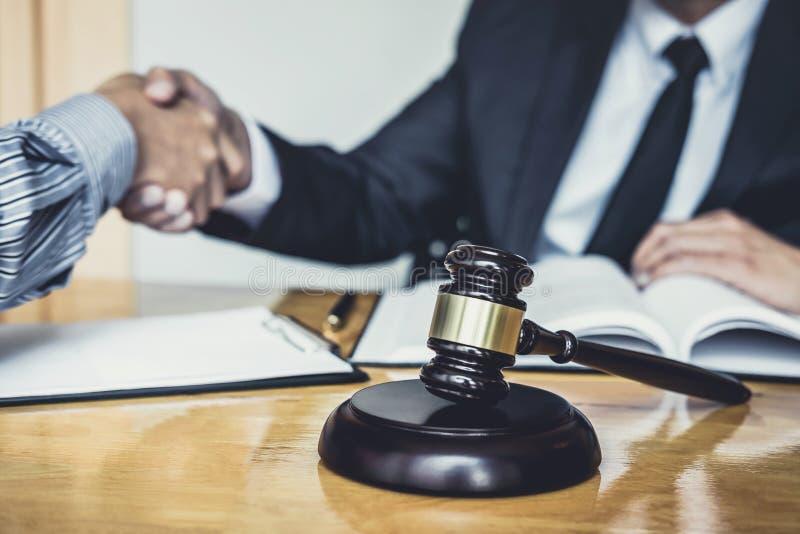 Apretón de manos después de la buena cooperación, manos de Shaking del hombre de negocios con el abogado de sexo masculino profes imagen de archivo libre de regalías