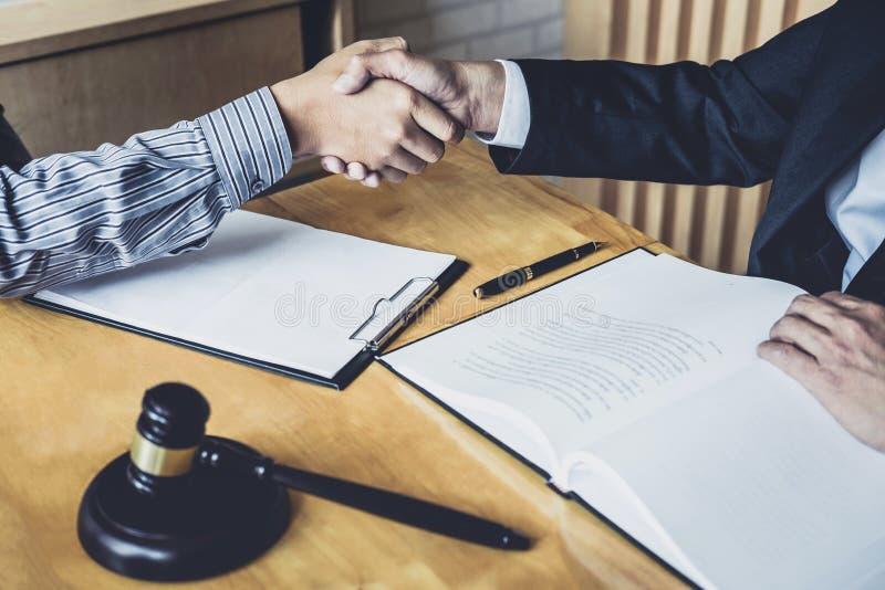 Apretón de manos después de la buena cooperación, manos de Shaking del hombre de negocios con el abogado de sexo masculino profes imágenes de archivo libres de regalías