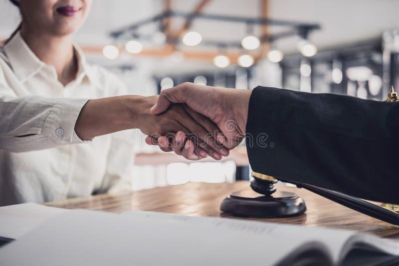 Apretón de manos después de la buena cooperación, manos de Shaking de la empresaria con el abogado de sexo masculino profesional  foto de archivo