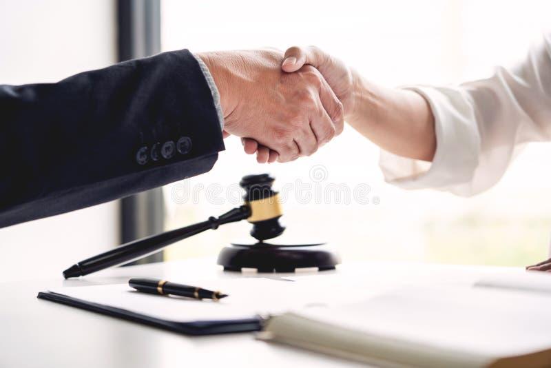 Apretón de manos después de la cooperación entre los abogados abogado y clientes que discuten una esperanza del acuerdo de contra foto de archivo libre de regalías
