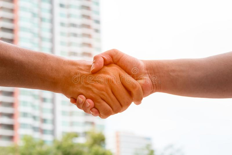 Apretón de manos de dos socios comerciales después del acuerdo fotografía de archivo libre de regalías