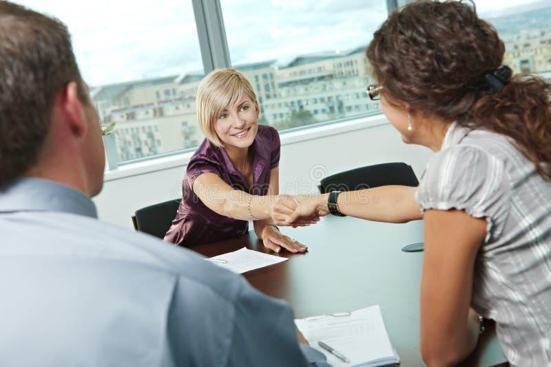 Apretón de manos en la reunión de negocios fotos de archivo