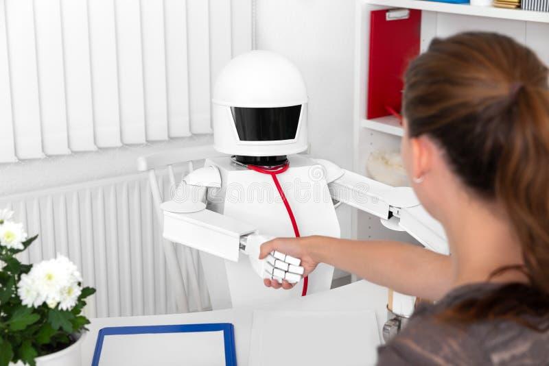 Apretón de manos entre un paciente femenino y un robo autónomo de la medicina imagenes de archivo