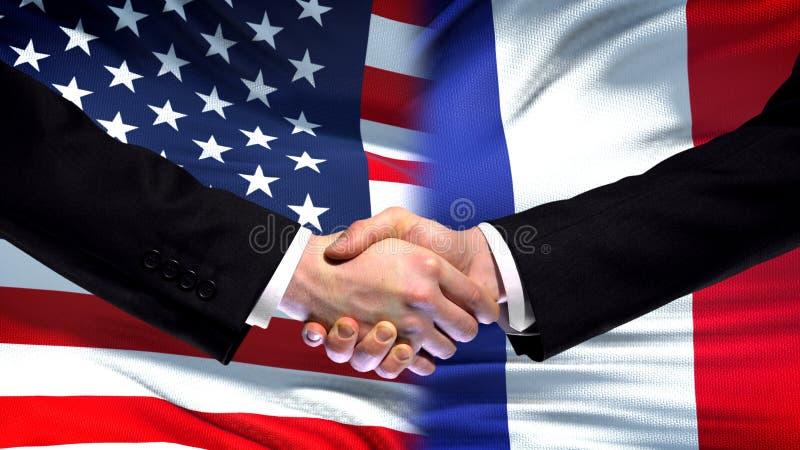 Apretón de manos de Estados Unidos y de Francia, amistad internacional, fondo de la bandera imagenes de archivo