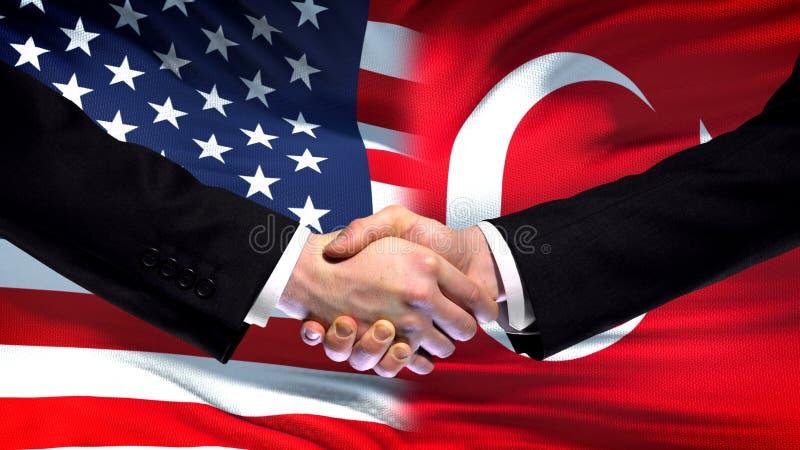 Apretón de manos de Estados Unidos y de Turquía, amistad internacional, fondo de la bandera imagen de archivo libre de regalías