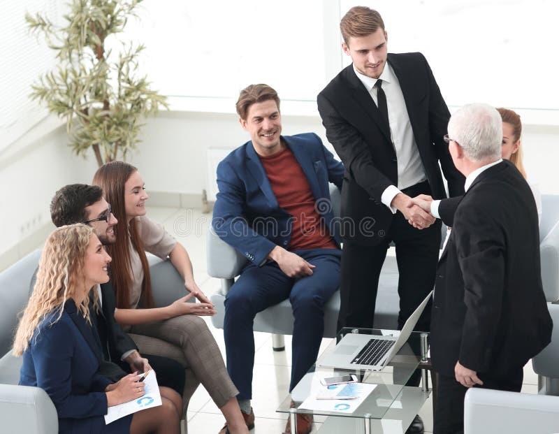 Apretón de manos de hombres de negocios en una reunión corporativa en la oficina fotos de archivo libres de regalías
