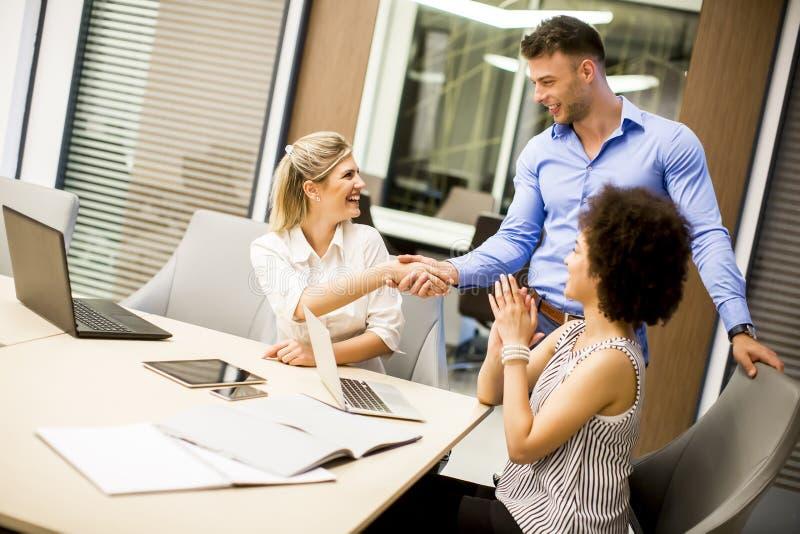 Apretón de manos de las personas del negocio en la reunión imágenes de archivo libres de regalías
