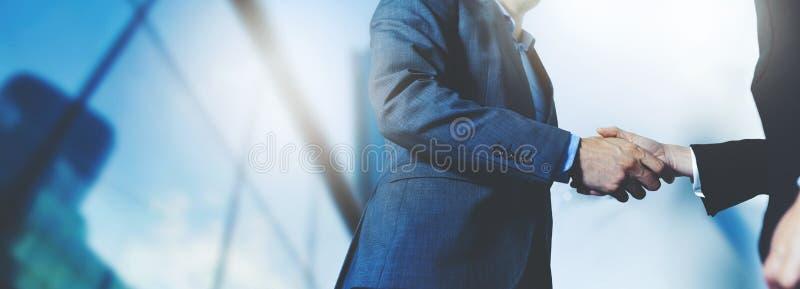 Apretón de manos de los hombres de negocios - reunión de negocios y concepto de la sociedad fotos de archivo libres de regalías