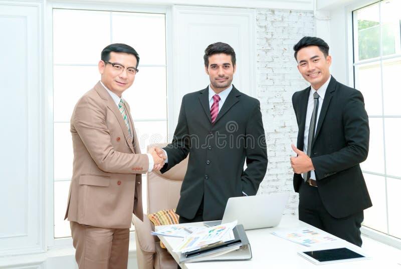 Apretón de manos de los socios comerciales después del trato llamativo imagenes de archivo