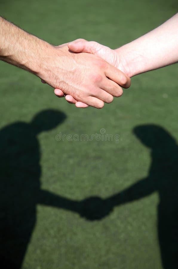 Apretón de manos manos las dos de los hombres imagen de archivo libre de regalías