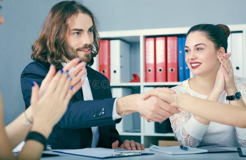 Apretón de manos masculino y femenino en oficina Concepto serio del negocio y de la sociedad Socios hechos trato, sellado con el  fotos de archivo libres de regalías
