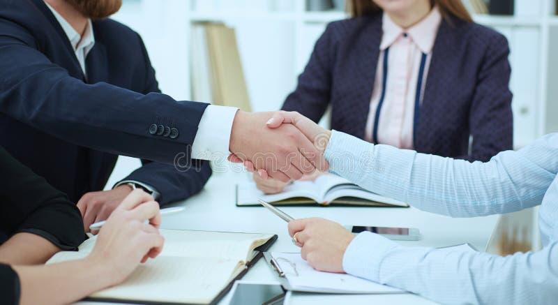 Apretón de manos masculino y femenino en primer de la oficina Concepto serio del negocio y de la sociedad Socios hechos trato, se foto de archivo libre de regalías