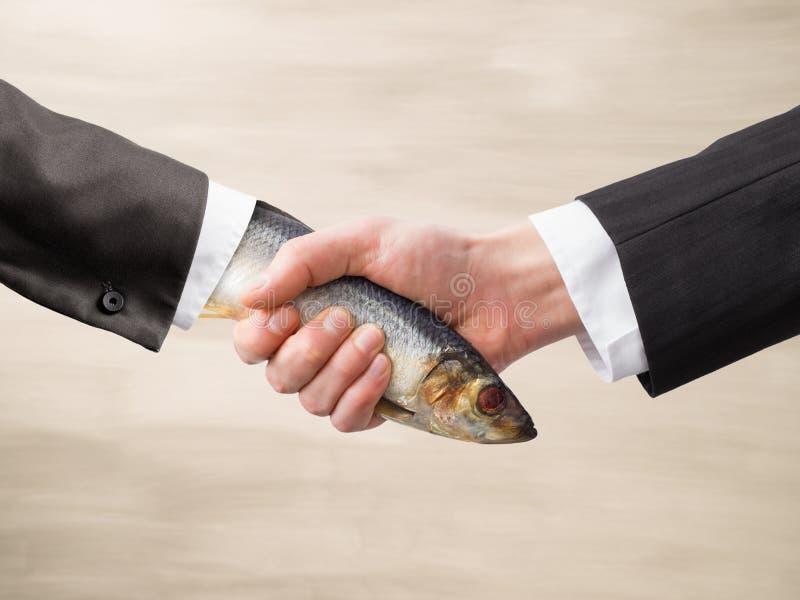 Apretón de manos muerto de los pescados foto de archivo