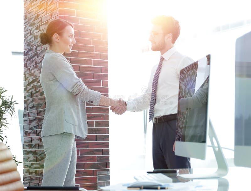 Apretón de manos de socios comerciales en el fondo de pantallas en blanco fotografía de archivo libre de regalías