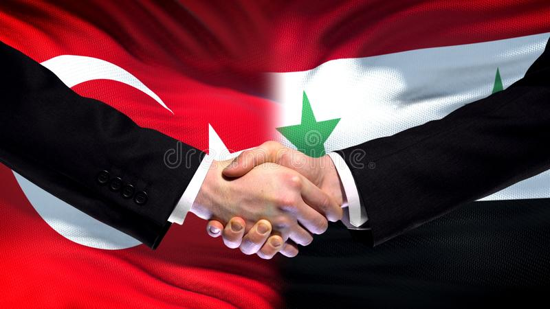 Apretón de manos de Turquía y de Siria, relaciones internacionales de la amistad, fondo de la bandera imagen de archivo libre de regalías
