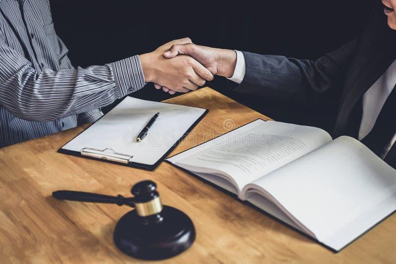 Apret?n de manos despu?s de la buena cooperaci?n, manos de Shaking del hombre de negocios con el abogado de sexo masculino profes imagenes de archivo