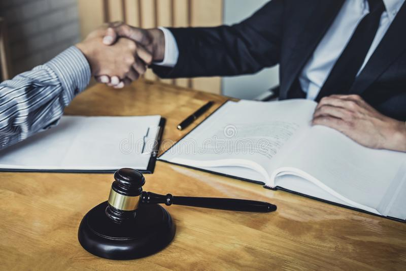 Apret?n de manos despu?s de la buena cooperaci?n, manos de Shaking del hombre de negocios con el abogado de sexo masculino profes foto de archivo libre de regalías