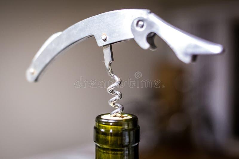 Apri del vino con la bottiglia della fine del vino su fotografie stock