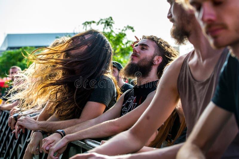 Apriete en un concierto en el festival de música de metales pesados de la transferencia directa fotos de archivo